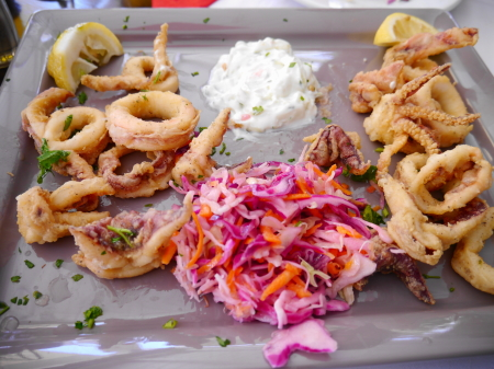 プラティヤロスビーチ 昼食のカラマリ