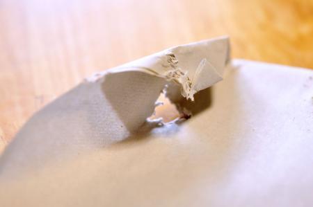 穴の開いた敷紙。