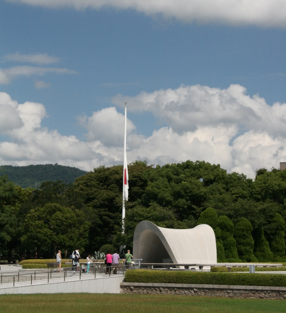 IMG_3279 平和公園・半旗(585x640)