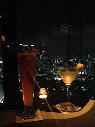 高層ビルでの乾杯
