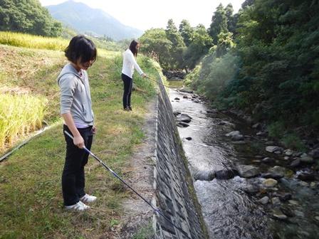 畑の前に川