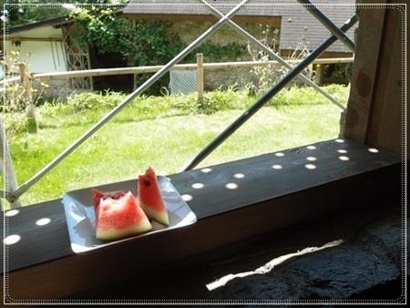 すいかと足場の水玉