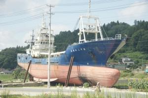 陸にあがってきた船