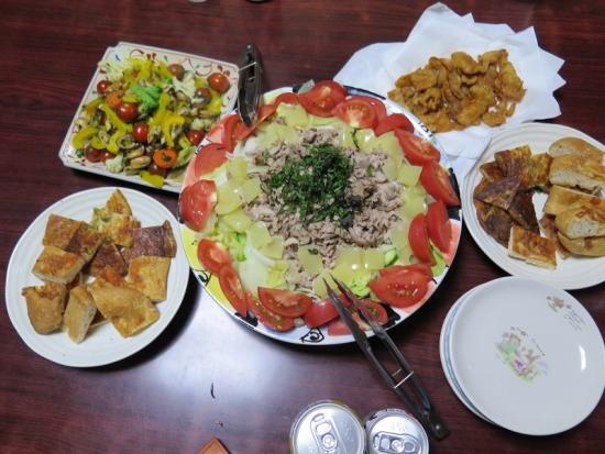 鶏皮せんべいと海鮮オリーブオイル炒めのある晩ご飯