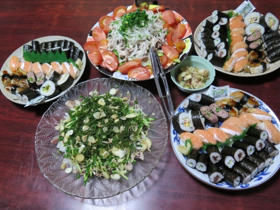 寿司、鰹のタタキのサラダ仕立て、冷しゃぶサラダ