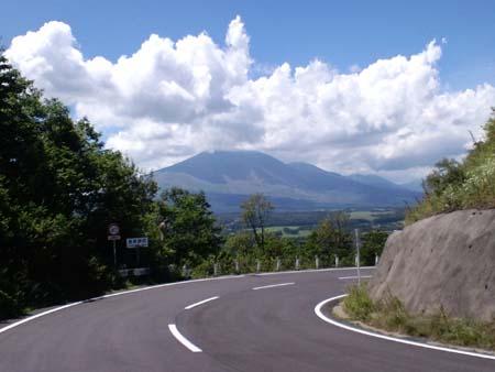 二度上峠道路を挟んで浅間山