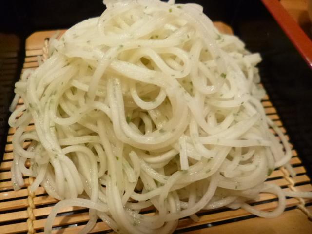 東京の蕎麦はピンと硬くて細いです