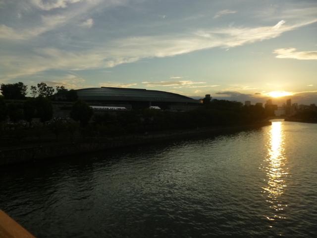 大川に沈む夕日,橋を渡ると大阪城ホールです