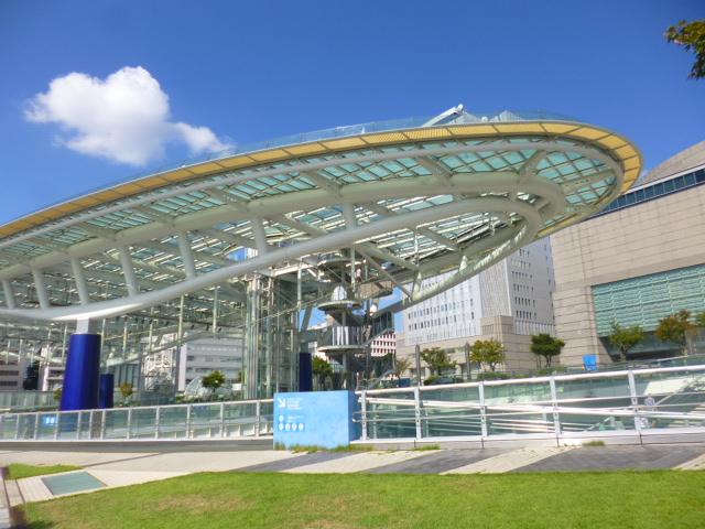 建物といっても,地下のスペースに数軒の飲食店 バスターミナルと大きな屋根 入ってるのはこれだけです