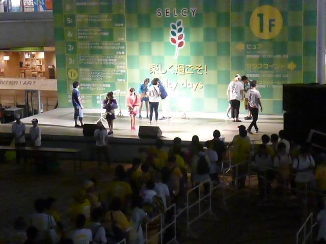 黄色い列はまだまだ続きますが,舞台の上ではワチャワチャやってます