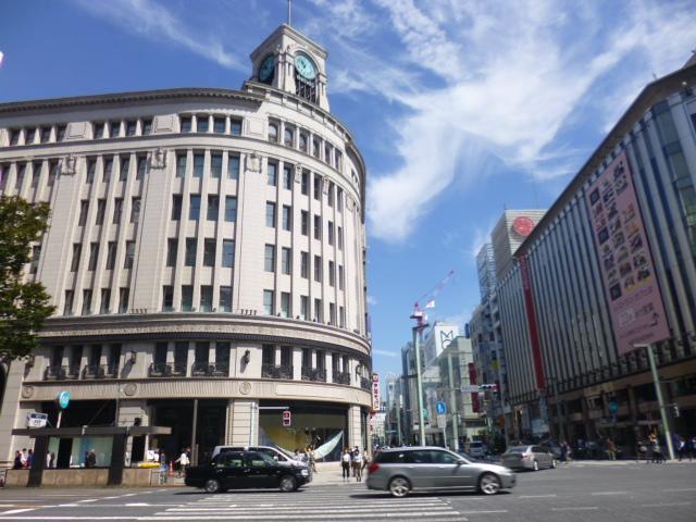 左の建物が,ゴジラが壊した和光です