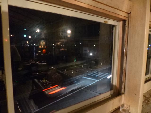 この窓から海が見えるんです