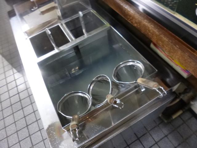 オタマがあるのがダシ テボで麺をさばいてダシを入れて