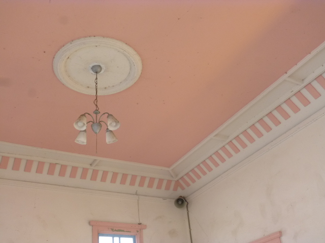 うすいサーモンピンクの天井にレトロな電燈
