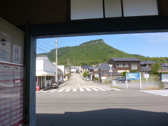 琴電駅から見るとこんな感じ 屋島登山口駅まで続く道です