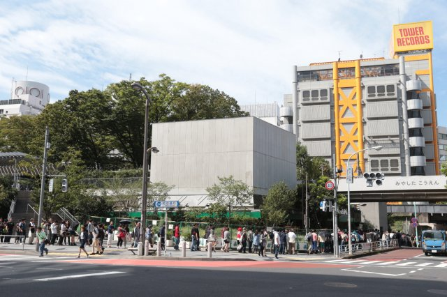 黄色い建物が渋谷のタワレコ