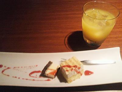 オレンジジュースとケーキのデザート