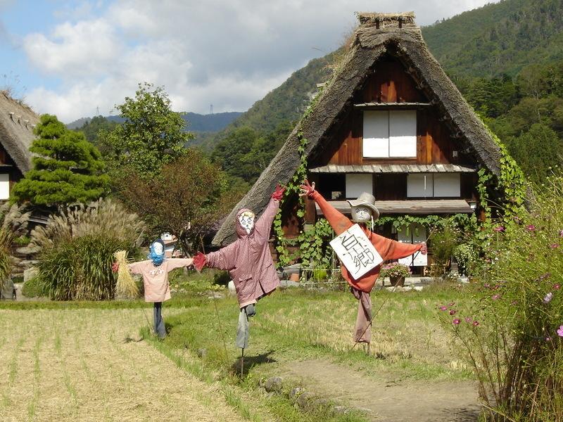 これから麓に舞い降りてくる色鮮やかに彩られた白川郷の秋をお楽しみください! ②