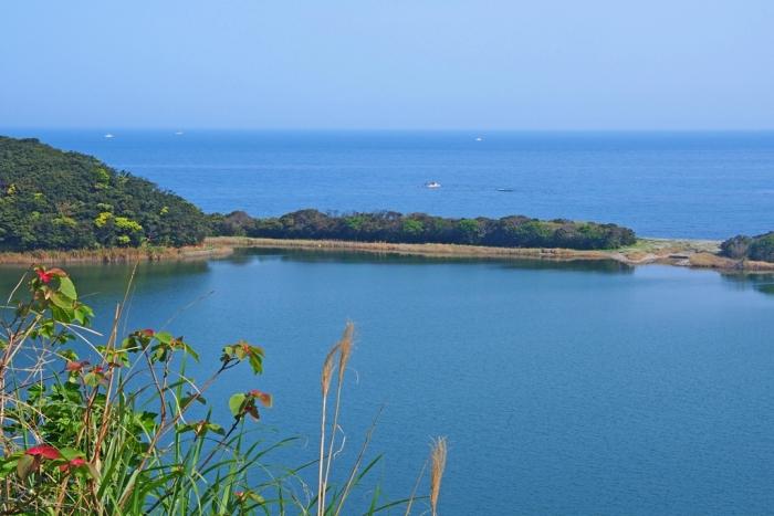 鍬崎池と長目の浜