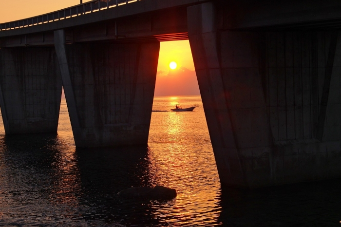 夕景 釣りに出る小舟