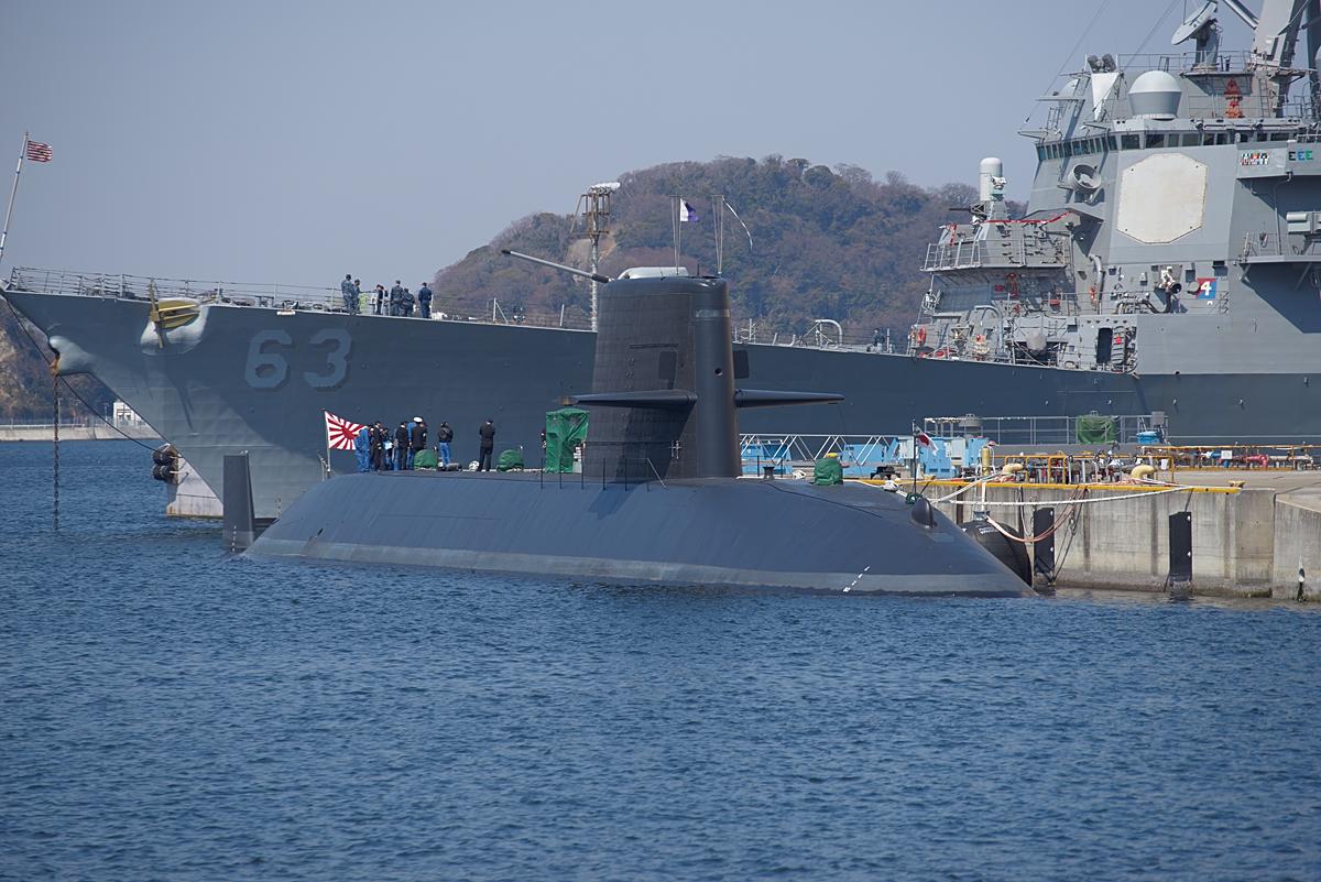 海上自衛隊の潜水艦とアメリカ海軍のイージス艦