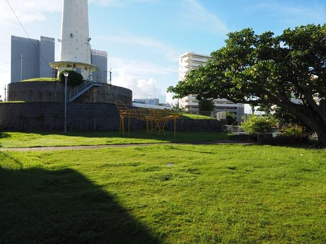 那覇市営宇栄原住宅給水塔前の芝生
