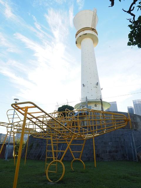 那覇市営宇栄原住宅給水塔と飛行機型遊具