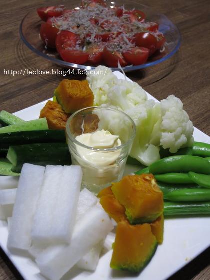 野菜スティックとトマトサラダ