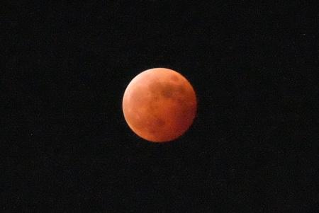赤胴色の隠れた月