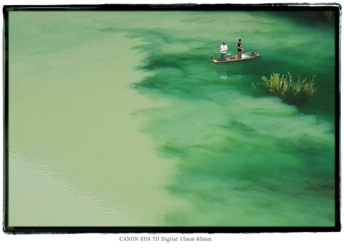 小森ダム湖面に浮かぶバスボート1408KiPeninsula12.jpg