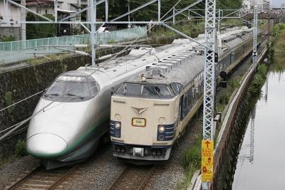 1024px-Yamagata_Shinkansen_400_and_JNR_583_20060716 (400x267)