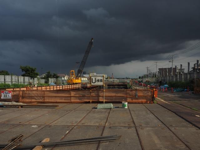 背後に迫る雨雲。いよいよ怪しい色にw