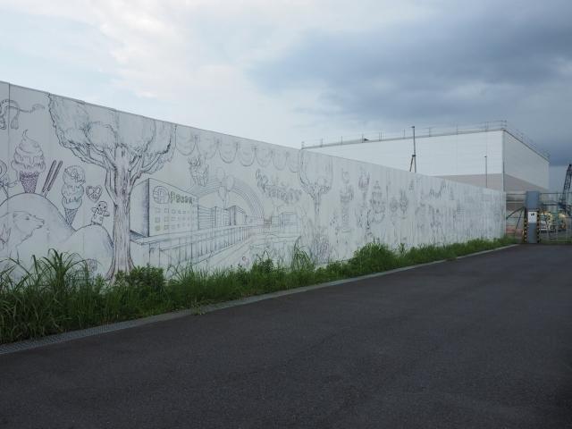 遮蔽板の一部にアート。