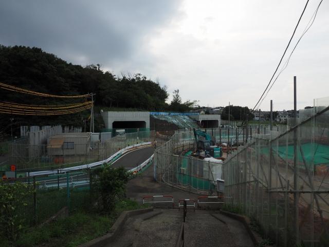 小塚山トンネル。専用部は地下にあります。