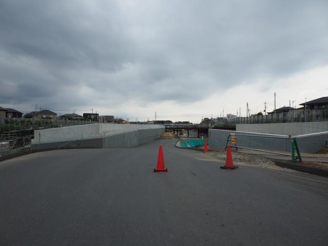 背中側。左側が中央分離帯の構造物。右側は湾岸方面への流入ランプになります。
