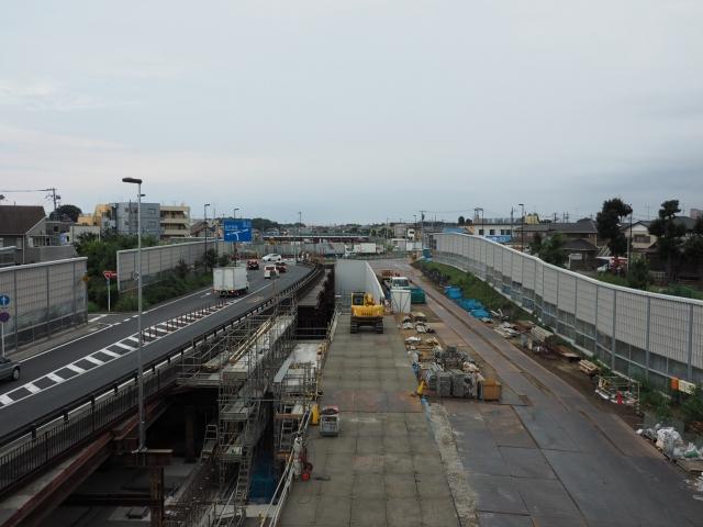 矢切の歩道橋から。交差するのが県道市川松戸線。