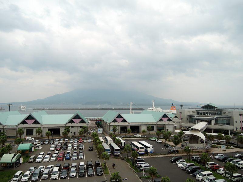 鹿児島 かごしま水族館から桜島を望むが天気悪すぎ