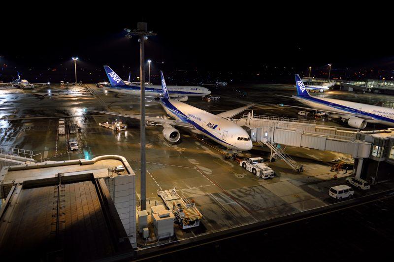 羽田空港 羽田空港で待機中のANA Boeing 777-200