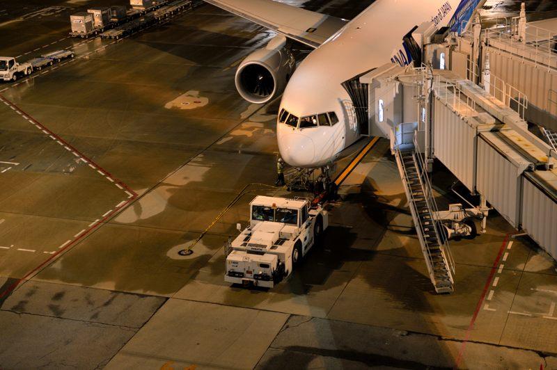 羽田空港 羽田空港で待機中のANA Boeing 777-200 機長付