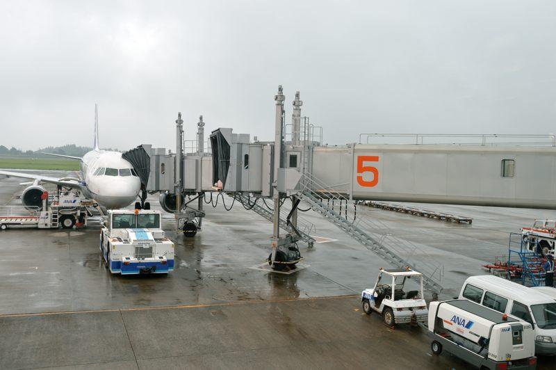 鹿児島 鹿児島空港出発ロビーから5番ゲートで待機中の飛行機を撮ってみた