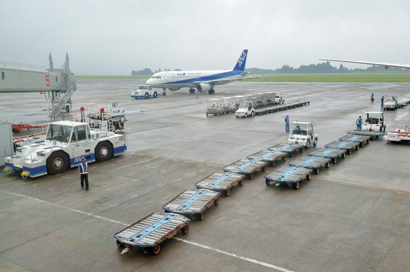 鹿児島 鹿児島空港で働く車たちと人々