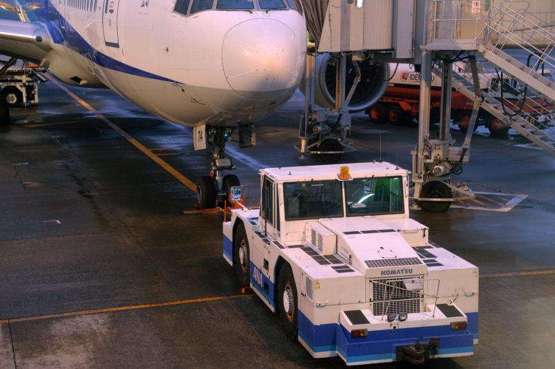 鹿児島 鹿児島空港で働く車のトーイングカーをトッタッタ