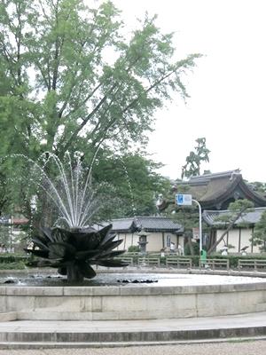 東本願寺門前噴水1406