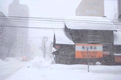 吹雪の中の閉店酒屋