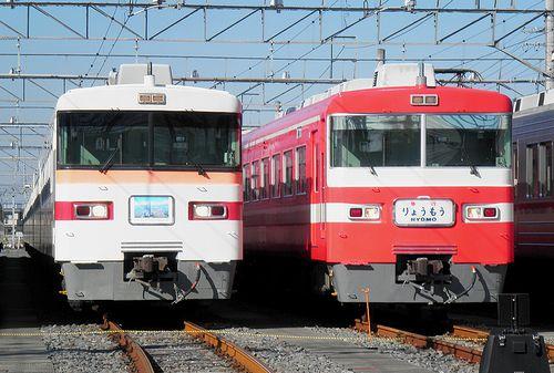 東武鉄道1800系・1819F(右・「りょうもう」)と350系353F(左)(2010年12月5日・南栗橋車両管理区)