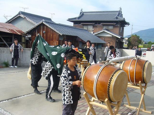 祭りの太鼓 家々に 26.10.12