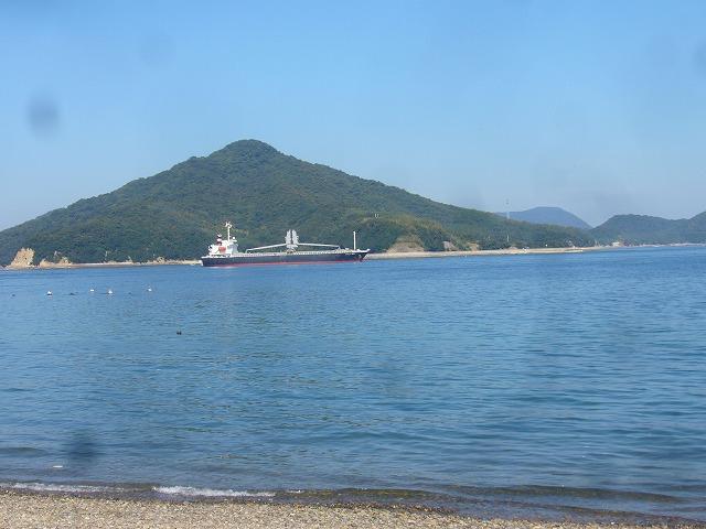 粟島と大型船 26.10.19