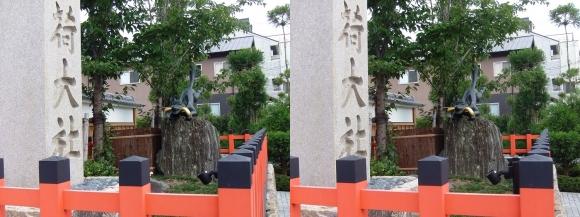 伏見稲荷大社 表参道の狐像(交差法)