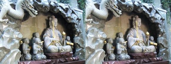 江島神社 瑞心門 弁財天と童子の像(交差法)