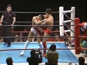 田村も膝蹴りで返す、